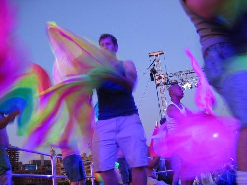 Pride Dance 2007 – Flagging in Blacklight